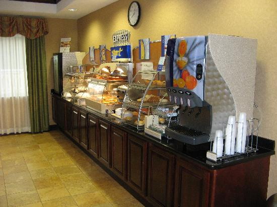 Holiday Inn Express Hotel & Suites Tavares: Breakfast buffet