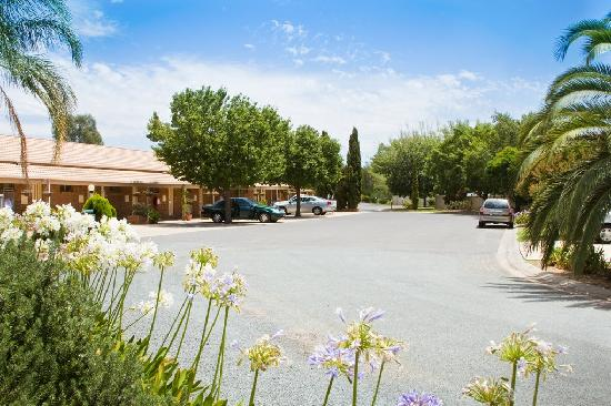 Paradise Lakes Motel: Large driveway with plenty of parking space for large vehicles