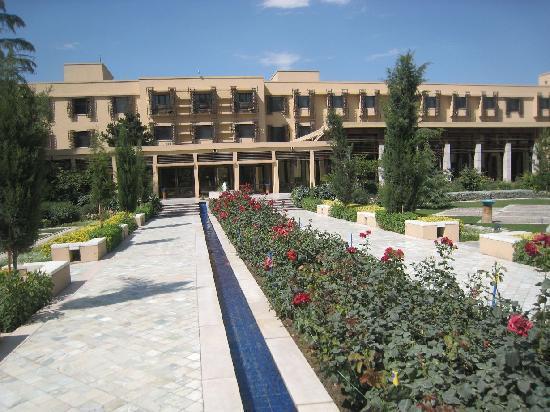 Kabul Serena Hotel: court yard