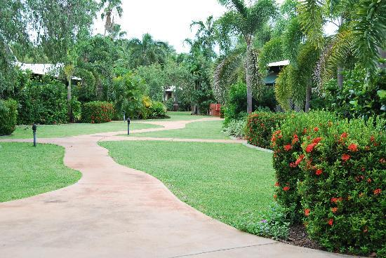 Cocos Beach Bungalows: Lush cool gardens