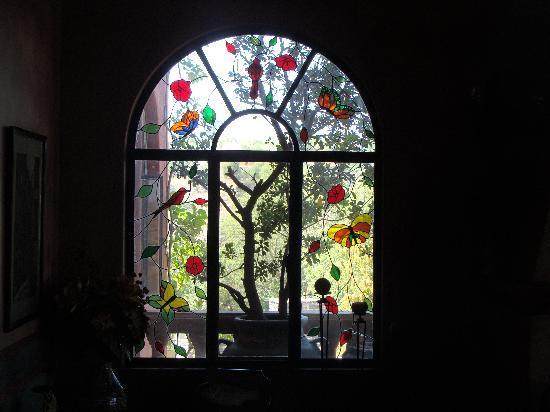 Casa Puesta Del Sol: Vista del vitraux desde el living