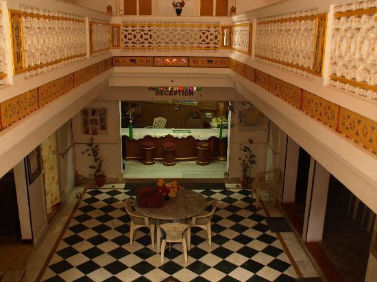 Gangaram Hotel and Guest House: Blick in das Untergeschoß mit Essbereich und Aufenthaltsbereich