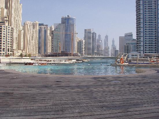 Lotus Hotel Apartments & Spa, Dubai Marina: Infinity pool Lotus Hotel across marina Dubai