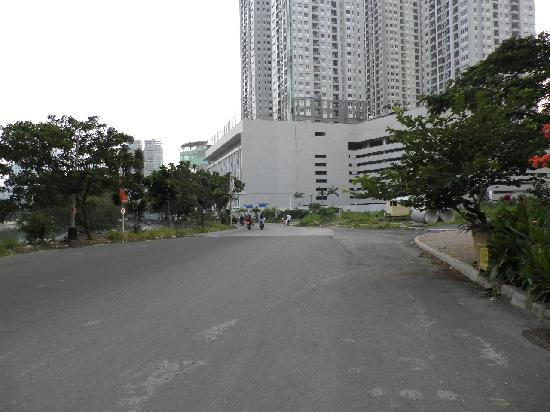 Thamrin Residence Condotel: The road to Hotel