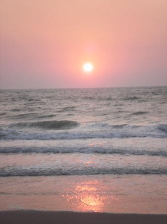 Dona Sylvia Beach Resort: Sunset on the beach
