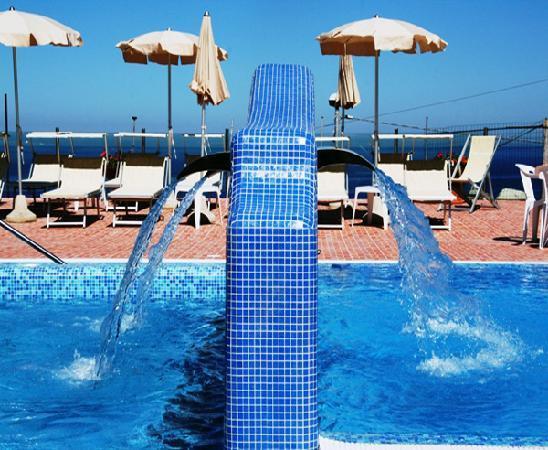Hotel Albatros : piscina-cascate terapeutiche