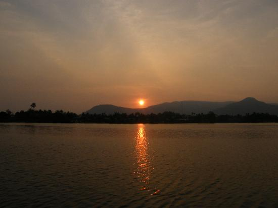 Rikitikitavi: Sunset from the bar