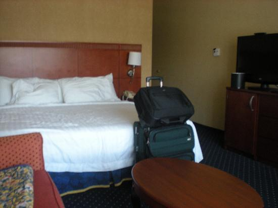 Courtyard by Marriott Lincroft Red Bank: Room w/ King Bed