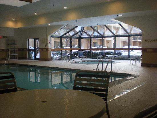 Courtyard by Marriott Lincroft Red Bank: Pool & Hot Tub