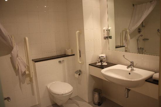 Foto de maldron hotel smithfield dubl n ba o adaptado for Bano de minusvalidos