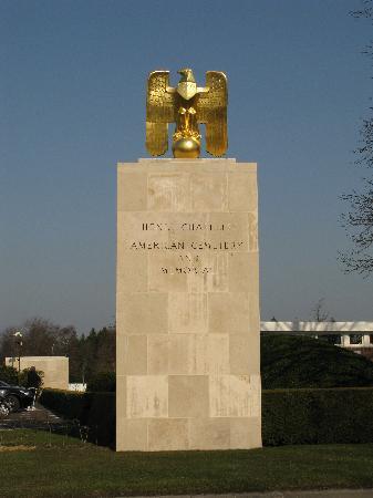 Henri-Chapelle American Cemetery : Adler auf Stele