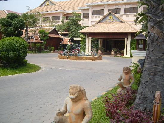 Apsara Angkor Resort & Conference: Entrée de l'hotel