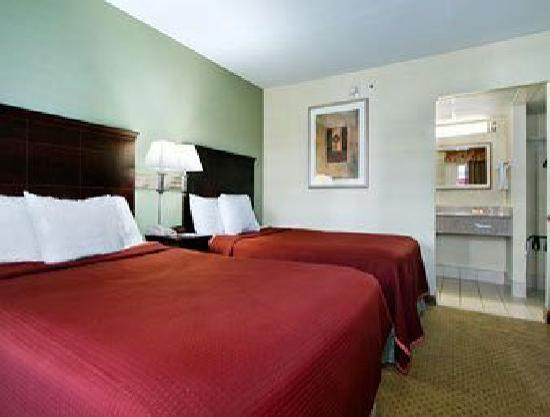 Days Inn Springfield/Phil. Intl Airport: Guest Room two double beds