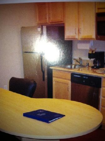 Candlewood Suites Paducah: Kitchen area.  Everything including dishes ver clean.