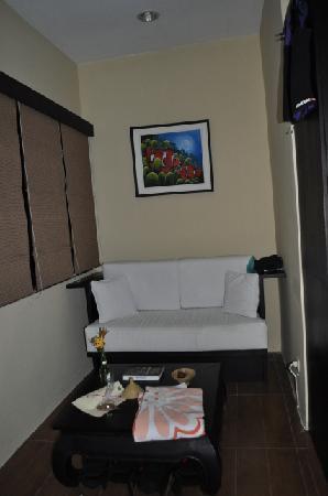 Lembeh Resort: Sitting area in room - Lembeh