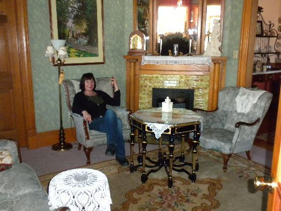 Holly Crossing Bed and Breakfast: The parlor