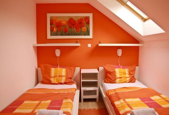 Apartments Sasha : Orange bedroom.