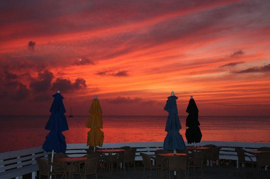Cape Santa Maria Beach Resort & Villas: Sunset at the beach patio