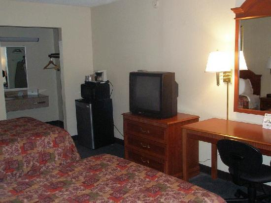 Days Inn Asheville West: Desk, TV, Micro, Fridge