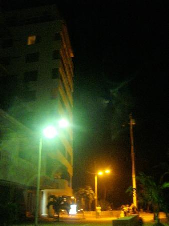 Hotel Calypso de noche, al frente de la calle peatonal.