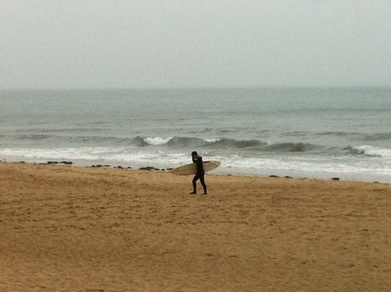 Haeundae Beach: 비오는 날 해운대의 서퍼