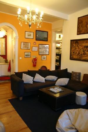 Alfama Patio Hostel: living room