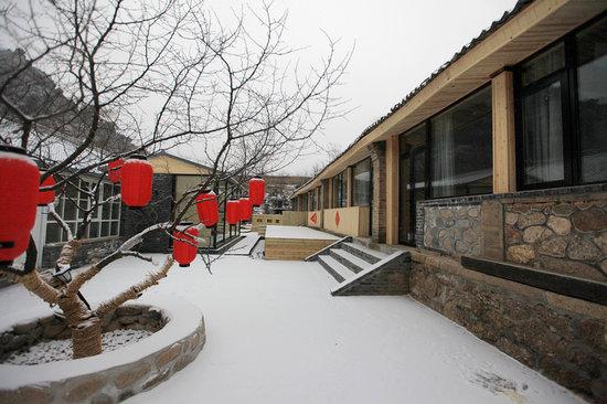Great Wall Box House (Beijing): yard in snowing
