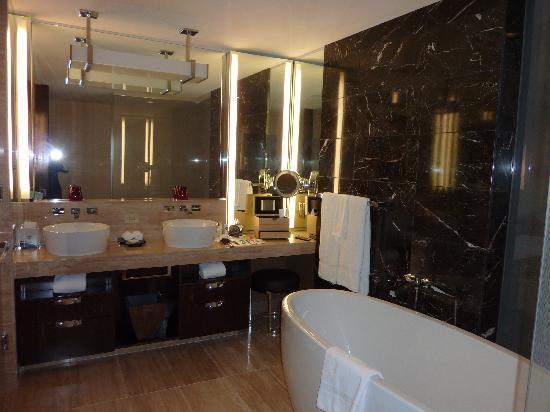 Mandarin Oriental, Las Vegas: vanity and tub