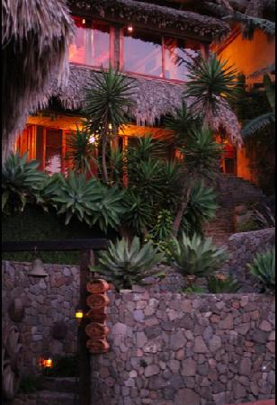 Laguna Lodge Eco-Resort & Nature Reserve: At night