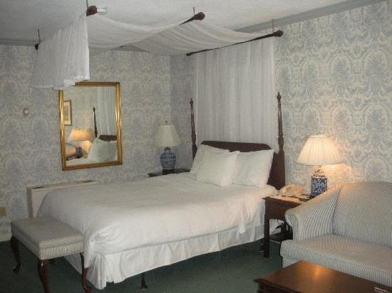 Avon Old Farms Hotel: Our room