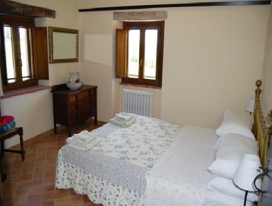 Villa Pian Di Cascina: Spacious rooms with king sized beds nr Perugia