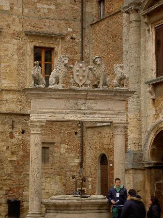Montepulciano, Italia: la bellissima vera da pozzo in Piazza Grande
