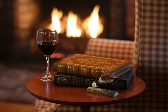 Seven Sea Street Inn: Wine by the Fire