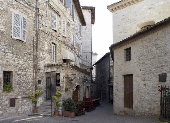 هوتل ألكسندر: ingresso davanti alla casa di San Francesco