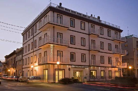 Hotel Card International: L'hotel in notturna...