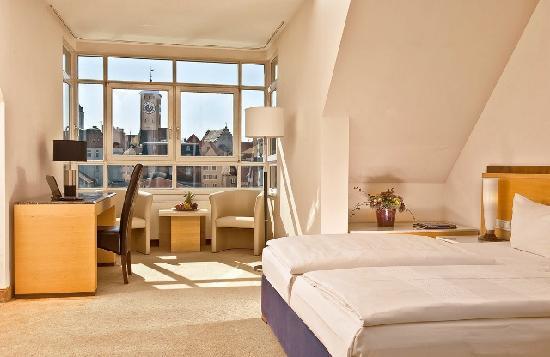 Sorat Insel-Hotel Regensburg: Komfort-Zimmer, Blick über die Donau auf die Steinerne Brücke zum Dom