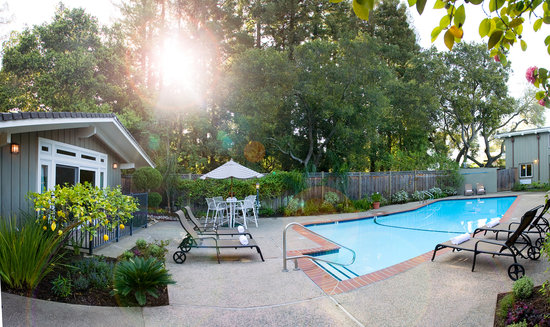 Red Cottage Inn: Seasonally heated garden pool area.