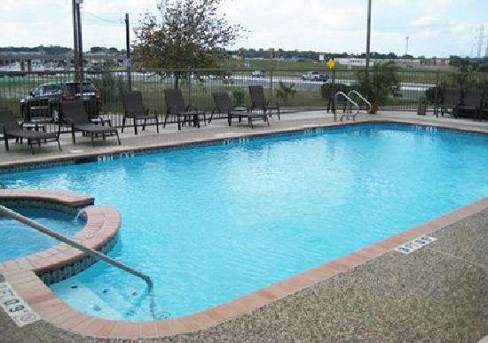 Quality Suites: Outdoor Pool and Spa