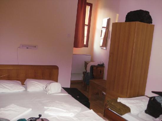 Ξενοδοχείο Φοίβος: behind the big bed is shower room.
