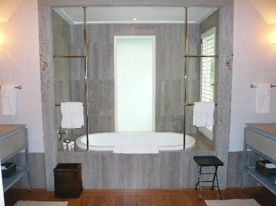 The Lodge at Kauri Cliffs: Deluxe suite bathtub