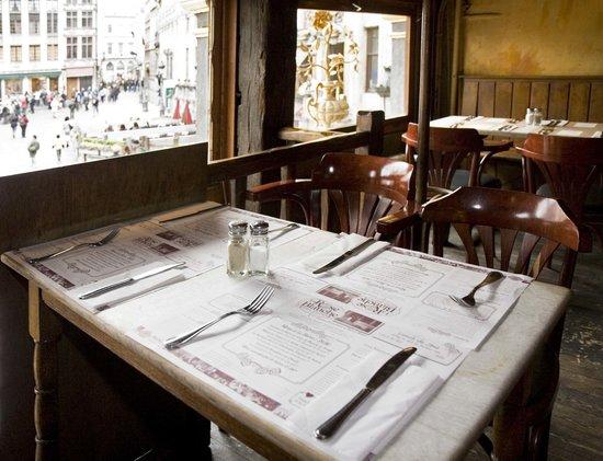 La rose blanche : Les tables en bois