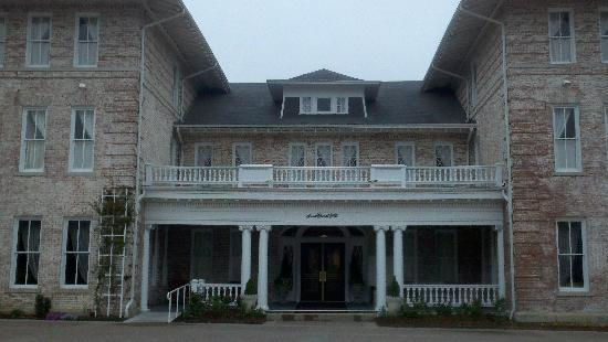 Inn at Carnall Hall: The front entrance