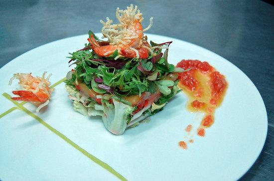 Restaurante Delirios: Ensalada templada de langostinos crujientes y aguacate con vinagreta de tomate y caramelos viole