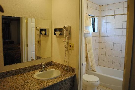 Journey Inn Woodland: Standard Bathroom