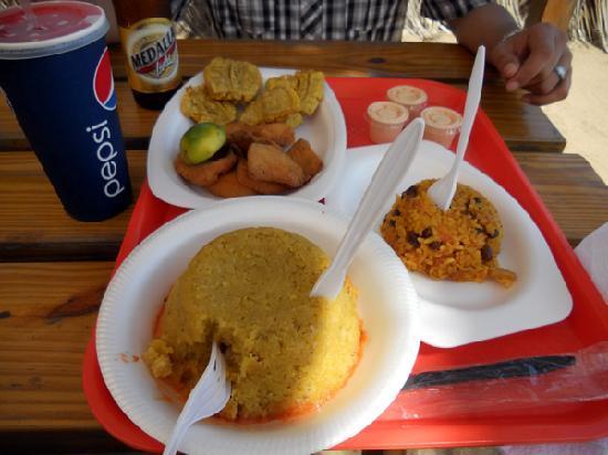 Guayama, Puerto Rico: Mofongo relleno de pulpo, arroz con jueyes mamposteado y masitas de pescado con tostones