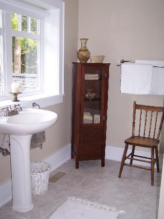 Cedar & Sea Bed and Breakfast: Private ensuite full bath