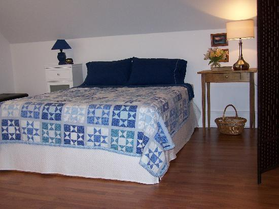 Cedar & Sea Bed and Breakfast : Queen Bed with fine linens