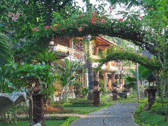 Rambutan Boutique Hotel: Garden Path