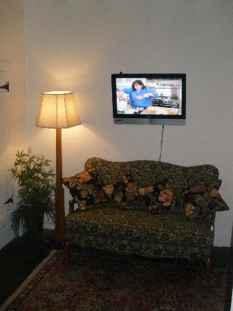 Josefina's Old Gate: TV can be viewed while in bed