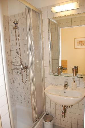 Stadtnest Bed & Breakfast and Apartment: &B privates Bad / private bathroom